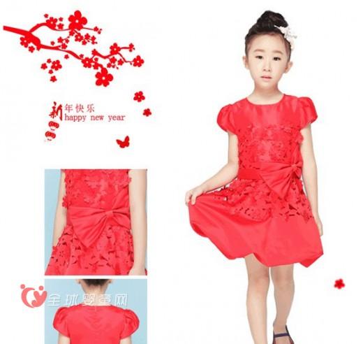 可可鸭2016新年礼裙系列:玫瑰红镂空烧花连衣裙 玫瑰红镂空烧花连衣裙,很有中国传统韵味,凭添了几分温婉大气,其浓郁玫瑰红,雅而不媚俗,又添了几分喜气,时尚名媛小泡泡设计,层次感分明,没有丝毫拖沓,行云流水般流畅舒适。采用绵柔舒适的袖质感材料,穿着舒适亲肤,兼具轻盈精巧,独特花苞裙摆厚实充盈,宛似蝴蝶翩翩,在欢闹庆祝元宵人群里,穿梭左右,成为令人倾倒的小美女。
