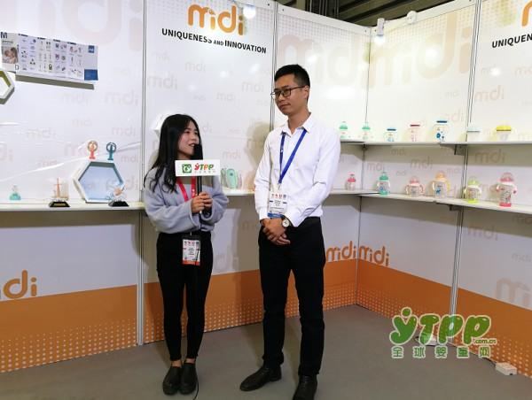 全球婴童网直播现场  Midi米迪奶瓶的王经理接受专访