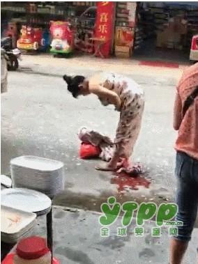 买菜孕妇街头突产婴儿掉在地上   产完淡定抱娃拎菜走人