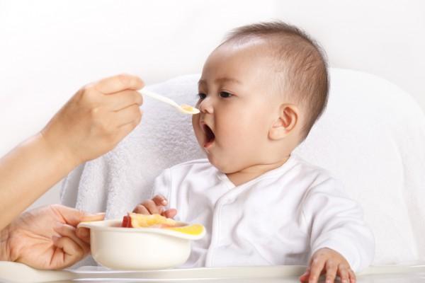 嚼饭喂孩子有哪些危害   喂孩子吃饭的误区大集合