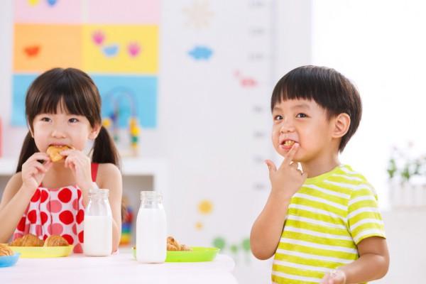 给宝宝刷牙有讲究 家长要做到这6点