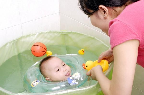 维尼宝贝婴幼儿游泳水育早教期待您的加入  让你的财富一触即发