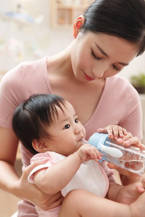 若宝热敏感温奶瓶颠覆传统奶瓶  传递正确的喂养理念