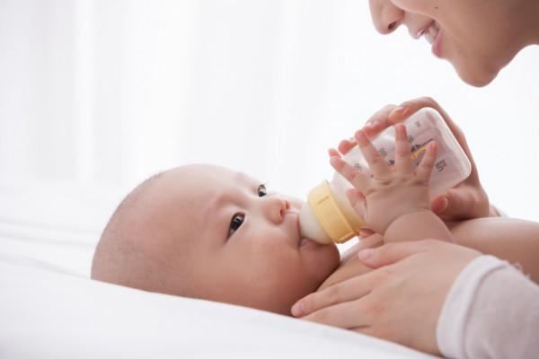 丘比婴儿奶瓶给宝宝母乳般的喂养!