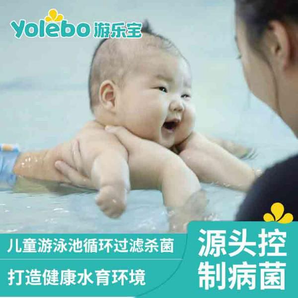 为了宝宝健康,家长们尽量选择专业的婴儿游泳池内游泳