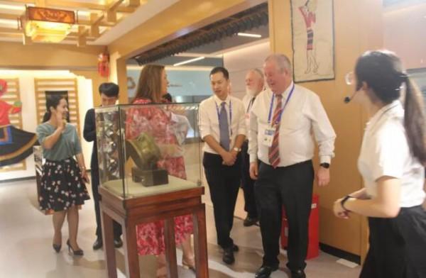 中澳友谊之花绽光彩,热烈欢迎澳大利亚友城代表团到皇氏集团参观考察