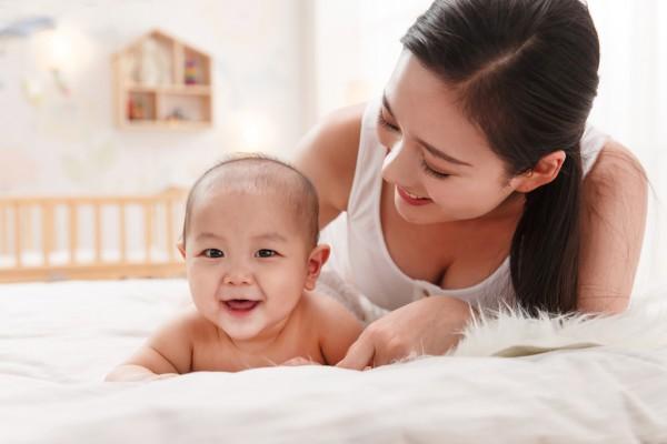 掌握婴儿抚触小技巧——让母婴之间的情感交流更加亲密