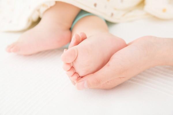 育儿小知识 宝宝光脚到底应不应该光脚?光脚的好处有哪些?