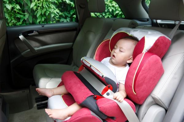 痛心#2岁男童被遗忘车内致死# 儿童被锁车内有哪些解救方法