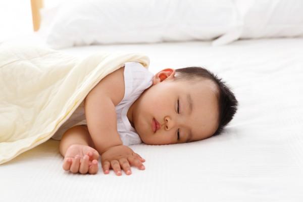 晚上给宝宝开灯睡真的好吗   被影响的这4点一定要注意了