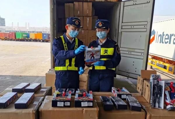 深圳海关查获5000个出口塑料玩具 涉及侵权孩之宝!