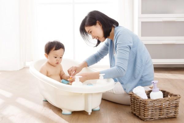宝宝每天洗澡会有哪些好处  抚触按摩对孩子有哪些好处