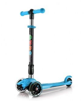 天蓝色折叠儿童滑板车