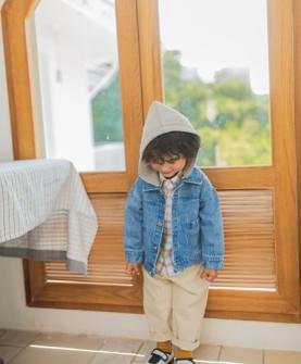 蓝色带帽牛仔外套