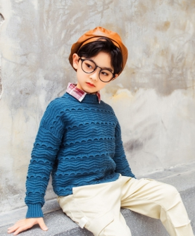 蓝色条纹毛衣