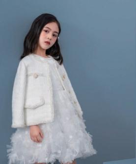 白色外套白色网纱连衣裙